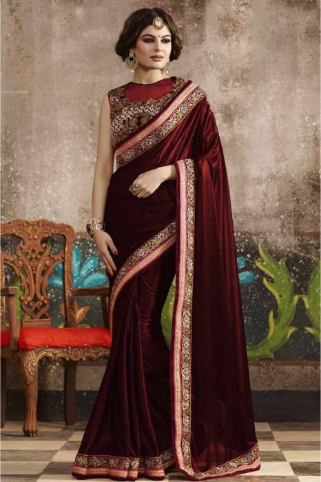 До сих пор в некоторых областях Индии сари носят без нижней кофточки, оставляя открытой одну грудь